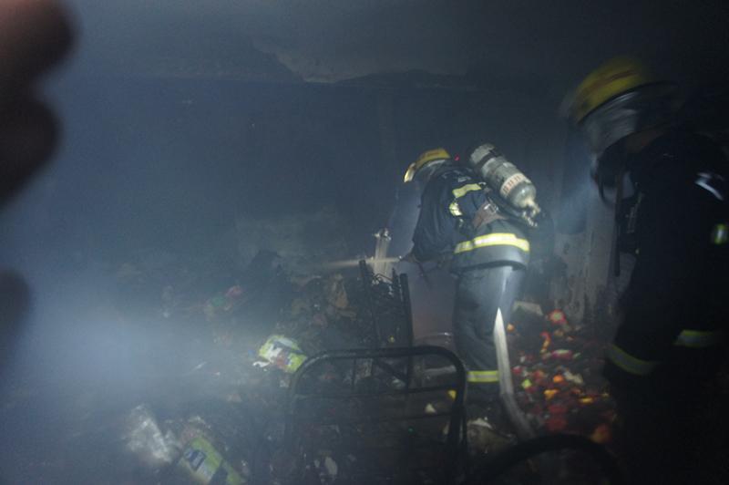 汕头小区起火有人被困!市民合力抬车清路,架梯救出老人